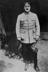 Guillaume Apollinaire (1880-1918). Nella foto Apollinaire indossa un cerchio di ferro per proteggere la testa