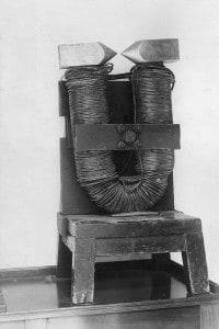 Il grande elettromagnete a ferro di cavallo usato dal fisico e chimico inglese Michael Faraday, 1830