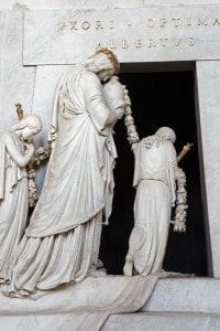 Il corteo, particolare del monumento funebre a Maria Cristina