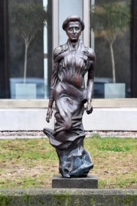 """Monumento a Rosa Luxemburg. La statua si trova davanti la sede del quotidiano """"Neues Deutschland"""" a Berlino"""