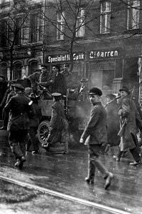 Lavoratori armati occupano il distretto dei giornali con automobili e mitragliatrici nella Lindenstrasse a Berlino durante la rivolta spartachista (4-15 gennaio 1919)