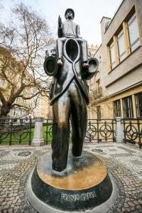 Statua di Franz Kafka a Praga, realizzata dallo scultore Jaroslav Rona
