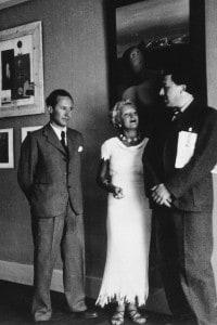 I poeti Paul Eluard (a sinistra) e André Breton in una mostra internazionale del Surrealismo