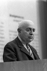 """Il sociologo Theodor Adorno il 28.05.1968 in un evento contro gli """"Atti di emergenza tedeschi"""""""