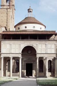 Cappella dei Pazzi a Firenze progettata da Brunelleschi, 1429, e sorge all'interno di un cortile della chiesa di Santa Croce a Firenze