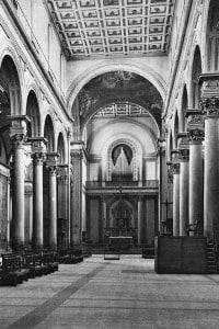 La navata della chiesa di San Lorenzo a Firenze progettata da Filippo Brunelleschi