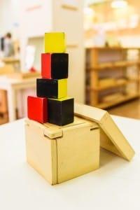 Materiali Montessori in legno per l'apprendimento del bambino