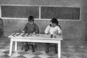 Bambini che lavorano con le carte di lingua. Approccio educativo sviluppato dal medico ed educatrice italiana Maria Montessori