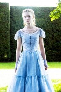 """Mia Wasikowska nel ruolo di Alice nel film """"Alice in Wonderland"""" di Tim Burton"""