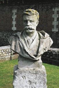 Busto di Guy de Maupassant (1850-1893) nel giardino del castello di Miromesnil, in Normandia (Francia)