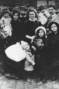 Emigranti italiani in partenza per l'America dal porto di Genova, 1910