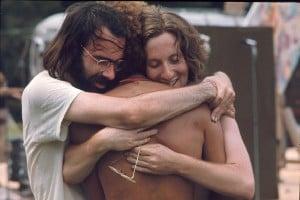 Due ragazzi si abbracciano durante il concerto