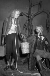 """Roger Blin, attore e regista, e Jean Martin in """"Aspettando Godot"""" di Samuel Beckett. Parigi, teatro di Babilonia, gennaio 1953"""