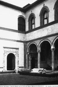 Il Cortile del Castello Sforzesco con la Porta del Banco Mediceo