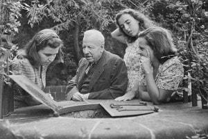 Benedetto Croce nella sua villa a Capri con le tre figlie più giovani