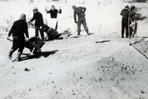 Campo di lavoro di Gulag. Costruzione della ferrovia Salekhard-Igarka. Molti prigionieri Gulag sono morti a cause delle condizioni meteorologiche estreme della Siberia settentrionale. La ferrovia non fu mai completata e fu abbandonata dopo la morte di Stalin