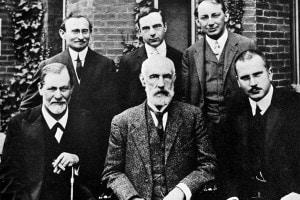 Freud, Jung e Ferenczi insieme ad altri membri del mondo della psicoanalisi di fronte alla Clark University, 1909