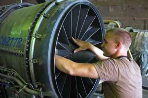Uno dei ragazzi dell'accademia per manutentori aeronautici