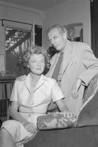 Aldous Huxley e la sua seconda moglie Laura Archera nella loro casa di Londra