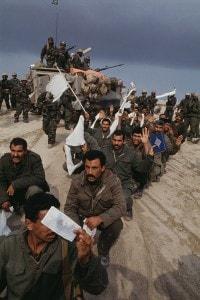 I soldati iracheni si arrendono alle forze alleate in Kuwait durante la guerra del Golfo