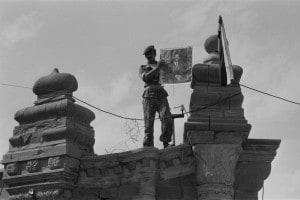 Guerra Iran-Iraq, 1980. Un soldato iracheno con in mano un ritratto di Saddam Hussein dopo aver conquistato la città di Qsar El Scherin il 4.10.1980