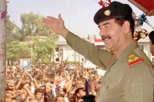 Saddam Hussein saluta i suoi sostenitori nella sua prima apparizione pubblica a Baghdad il 18 ottobre