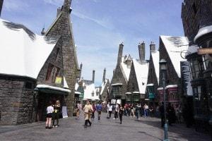 """Il villaggio di Hogsmeade nel parco a tema """"Il mondo magico di Harry Potter"""", Los Angeles"""