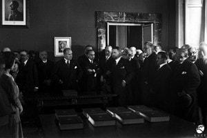 Benito Mussolini in visita alla sede dell'Istituto Treccani dove si compila l'Enciclopedia Italiana. Giovanni Treccani parla alla presenza del Duce, Balbino, Giovanni Gentile e di Calogero Tumminelli