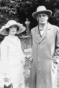 La fotografia mostra Yeats con sua moglie Georgie durante la visita negli Stati Uniti alla fine del 1920