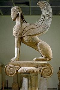 La Sfinge di Naxos, scultura greca arcaica in marmo greco (conservata al Museo archeologico di Delfi)