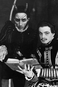 """Gli attori Marne Maitland e Peter Coke in una scena de """"La tragica storia del dottor Faust"""" di Christopher Marlowe"""