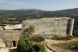 I resti del castello del Marchese de Sade a Lacoste, in Provenza (Francia)