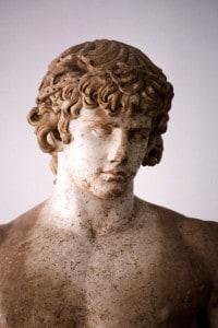 Dettaglio della statua di Antinoo. Museo archeologico di Delfi (Grecia)