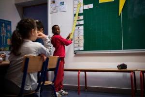 Alunni che studiano in una classe seguendo il metodo di insegnamento Freinet in una scuola di Parigi
