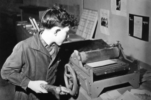Un ragazzo in officina in una scuola che applica la pedagogia di Freinet. Francia, circa 1960