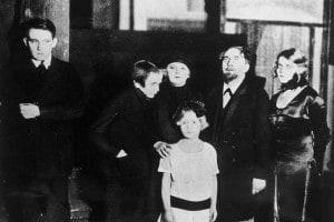 Sei personaggi in cerca d'autore di Luigi Pirandello. M. Wiemann (a sinistra), L. Hoeflich (al centro), F. Kinz (a destra). Messa in scena al Deutsches Theater di Berlino e diretto da Max Reinhardt, 1924