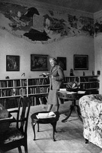 Agatha Christie nella sua bilblioteca della Greenway House