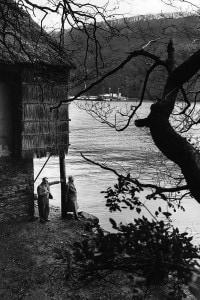 Agatha Christie e Max Mallowan - marzo 1946 - davanti la loro casa (Greenway House), nel Devonshire