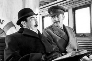 Assassinio sull'Orient Express di Agatha Christie. Gli attori A. Finney (a sinistra) nel ruolo di Hercule Poirot e J. Lloyd come aiutante nel film diretto da Sidney Lumet, 1974