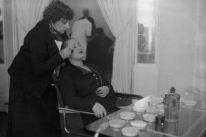 Colette nel suo salone di bellezza a Parigi, 1932