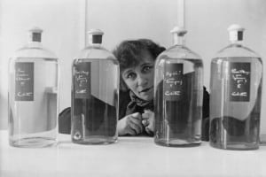 Colette e la sua linea di prodotti di bellezza nel suo Istituto di bellezza a Parigi nel 1932