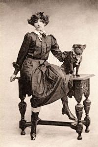 Colette (1873-1954), scrittrice francese vestita da Claudine con Toby-Chien, 1900