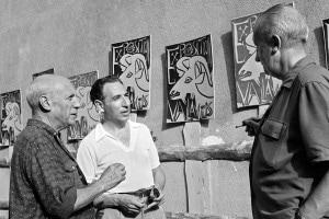 Una foto scattata nell'agosto 1952 a Vallauris che mostra il pittore spagnolo Pablo Picasso (a sinistra) mentre parla con il suo amico, poeta francese, Paul Éluard (a destra)