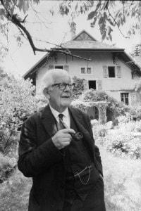 Jean Piaget (1896-1980): lo psicologo svizzero fuori dalla sua casa a Ginevra. 5 luglio 1969
