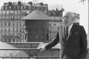 Il famoso poeta e cantautore francese Jacques Prevert (1900-1977) vicino al Moulin Rouge di Parigi, 1977