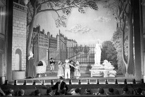 """L'attrice francese Arletty sul set di """"Les Enfants du Paradis"""", scritta da Jacques Prévert e diretta da Marcel Carné"""