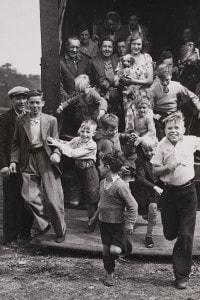 Raccoglitori di luppolo, 30 agosto 1950, che arrivano nel Kent da Londra