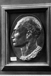 Medaglia raffigurante il profilo di Leon Battista Alberti. Opera di Matteo de' Pasti conservata nel Museo del Louvre, a Parigi