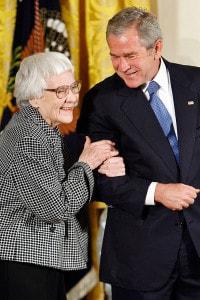 George W. Bush premia Harper Lee con la Medaglia presidenziale della libertà nella East Room della Casa Bianca, 5 novembre 2007