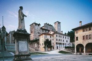 Piazza Maggiore e la statua di Vittorino da Feltre, Veneto